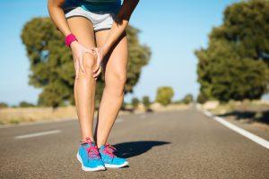 Vous ressentez une douleur au genou? Les causes susceptibles de cette douleurpeuvent être diverses: arthrose, entorse, lésion méniscale, bursite, etc.